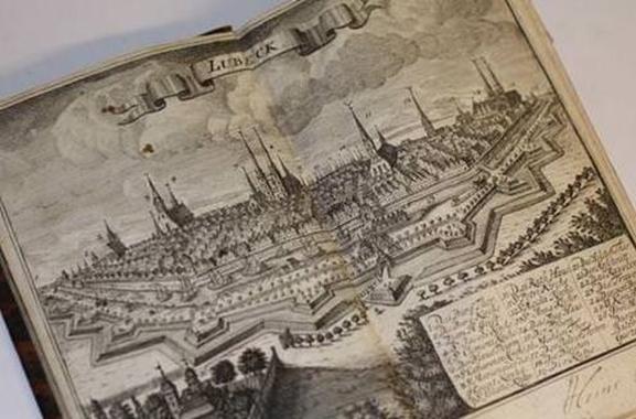 Besondere Geschenkideen aus Lübeck: Antiquarisches Buch über Lübeck von 1742