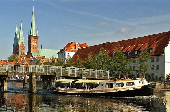 Besondere Geschenkideen aus Lübeck: Lübecker Hafen- und Kanalrundfahrt