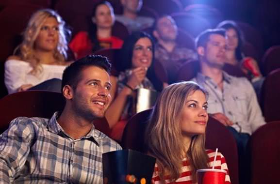 Besonderes Geschenk für Männer und Frauen: Romantischer Kinobesuch