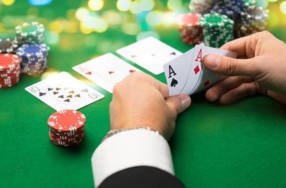Besonderes Geschenk für Männer: Hochwertiges Pokerkurs verschenken
