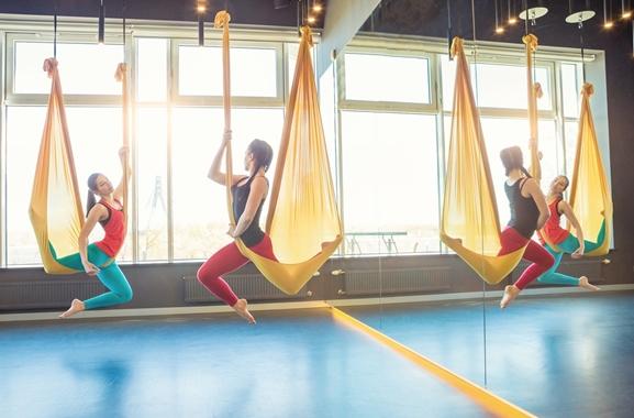 Hochwertige Geschenke für Männer und Frauen: Aerial-Yogakurs