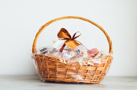 Besondere Geschenkideen aus Glückstadt: Geschenkkorb aus dem Süßwarenfachgeschäft