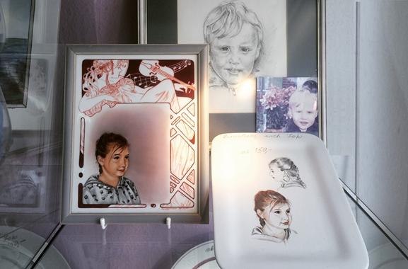 Besondere Geschenkideen aus Itzehoe: Handgemaltes Portrait auf Porzellan