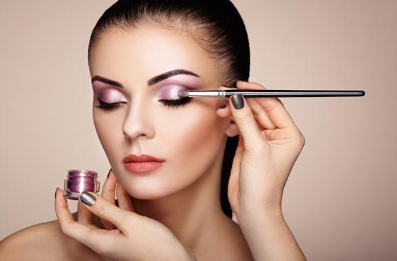 Besondere Geschenkideen aus Mülheim: Professionelle Make-Up-Behandlung