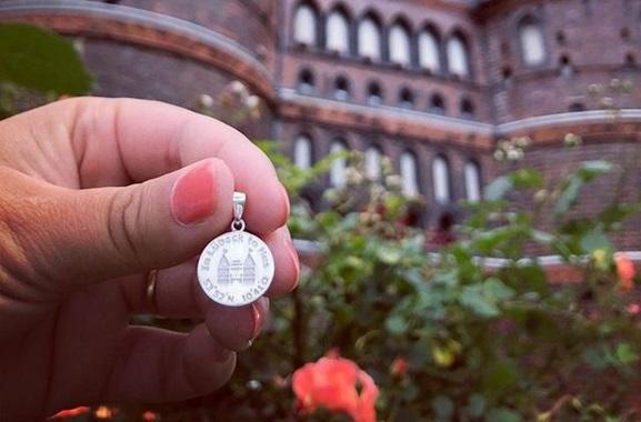Besondere Geschenkideen aus Lübeck: Holstentor Kettenanhänger verschenken