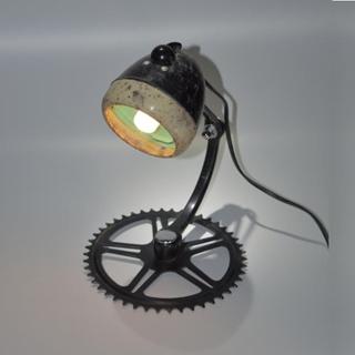 Besondere Geschenkideen aus Uelzen: Upcycling-Fahrrad-Schreibtischlampe