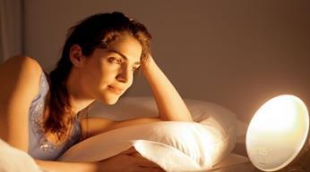 Besonderes Geschenk für Männer und Frauen: Hochwertige Philips Wake-Up Light (Sonnenaufgangfunktion, digitales FM