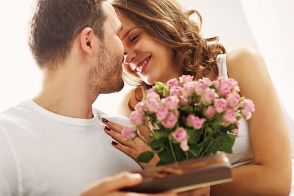 Romantische Geschenke für Frauen: Pralinen und Rosen als Geschenk