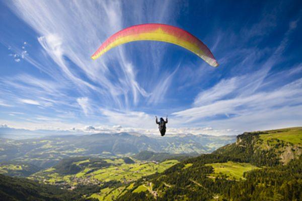 Unvergessliche Erlebnisgeschenke für Männer und Frauen: Paragliding-Flug verschenken